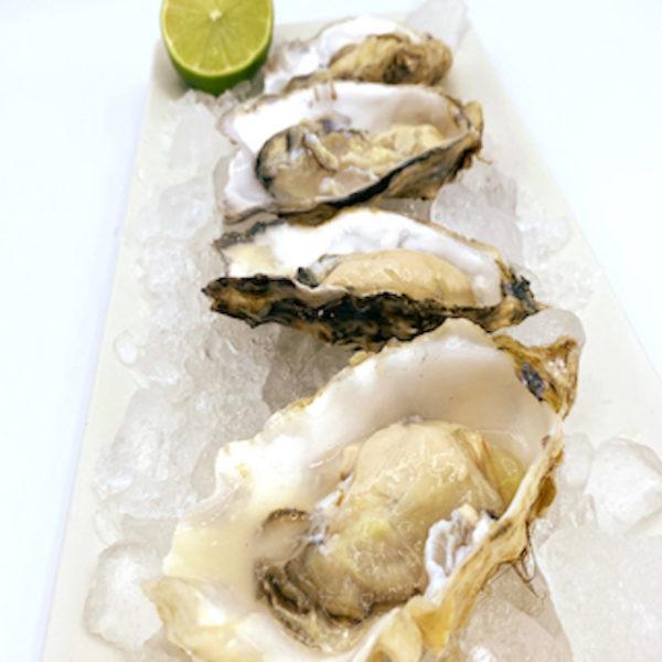 Sirve las ostras abiertas sobre hielo picado acompañadas de limón
