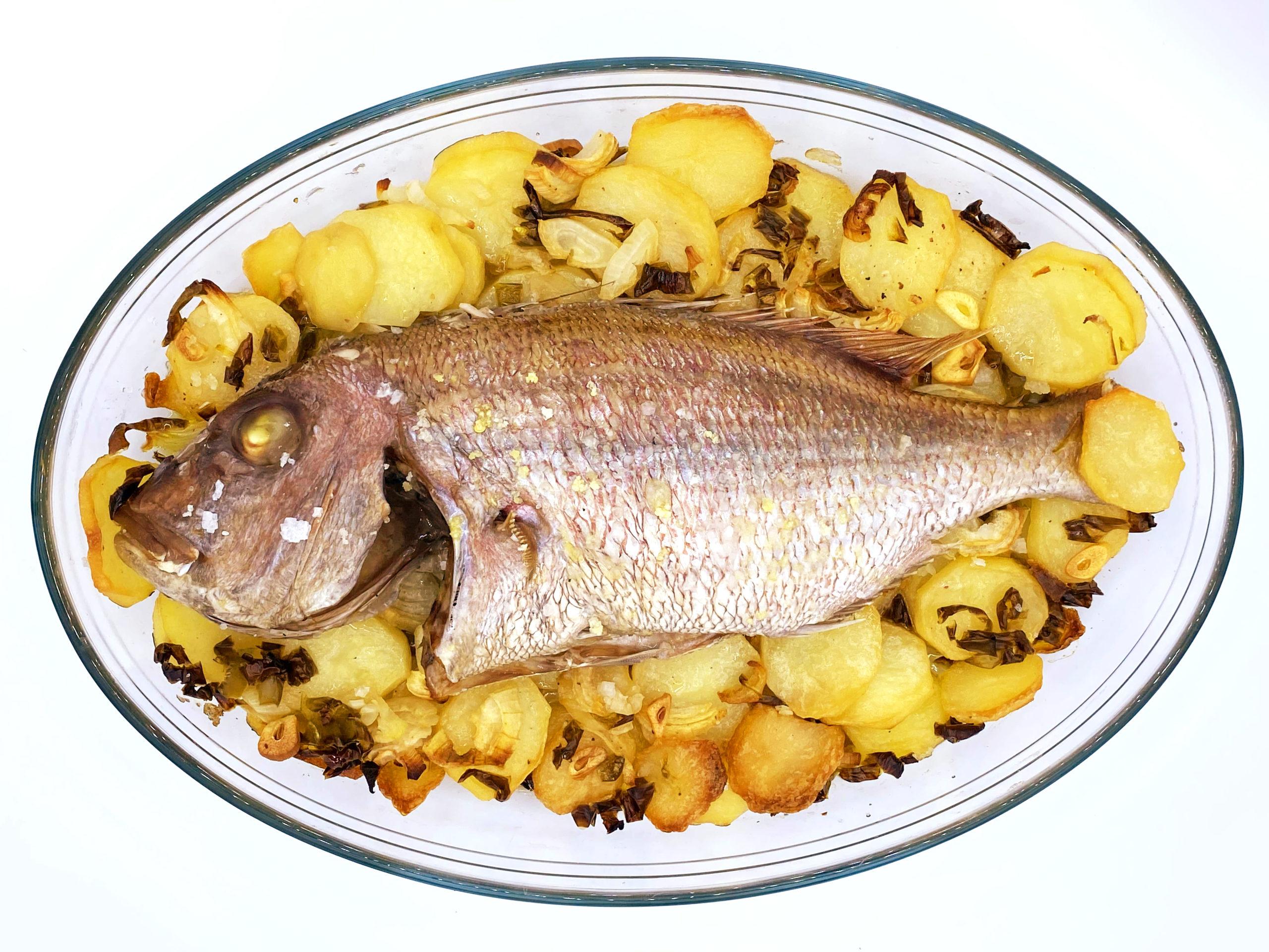 Pargo al horno con verduras y patatas
